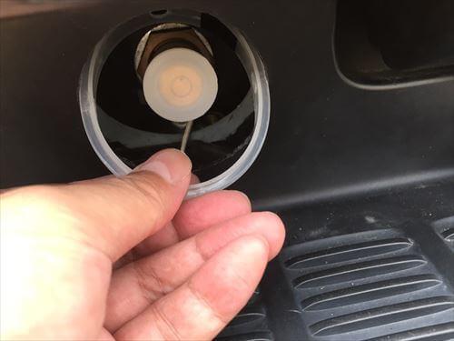 LPGハイブリッド充填口カバーの車側土台取り付け