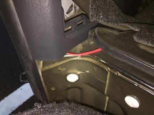 ハイエースの助手席横サイドピラーからバッテリーへの配線