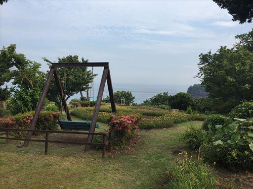 伊豆のあじさい苑のブランコ