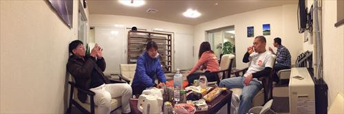 ロッジ・コロポックルのリビングで晩御飯