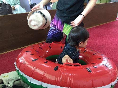 スイカの浮き輪ではしゃぐ子供ちゃん