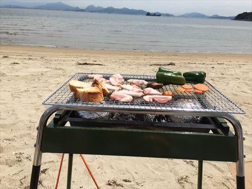 江の香川県の離島・浦海水浴場でのバーベキュー