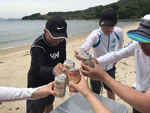 江の香川県の離島・江の浦海水浴場で乾杯