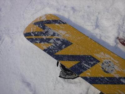 スノーボードに張り付く雪