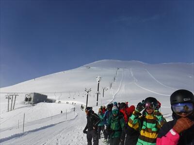 ニセコ・ヒラフのキング第4シングルリフトの行列