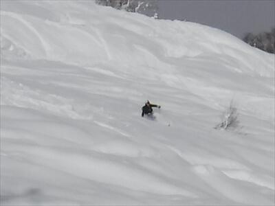 ニセコ・快晴のピークからのスノーボード