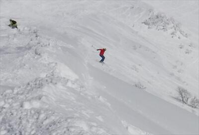 ニセコ・ピークの北斜面の雪庇からのジャンプ