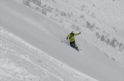 ニセコ・ピークの北斜面の雪庇からのジャンプの着地