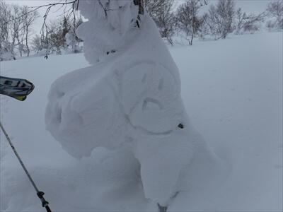 札幌国際スキー場のハイクアップコースでニコニコマークの造形