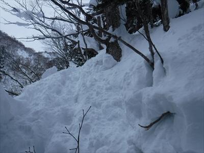 札幌国際スキー場のコース外をよじ登る