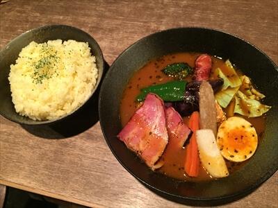 札幌のスープカレー屋さん『Esola(エソラ)』の『フランク&ベーコン野菜カリー』