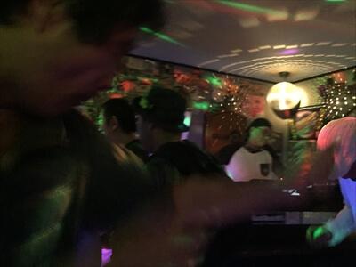 狛江のクラブ『ミラーボール』の店内・DJ