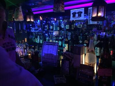 狛江のクラブ『ミラーボール』の店内・カウンターのお酒