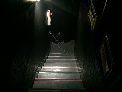 狛江のクラブ『ミラーボール』の店内への階段