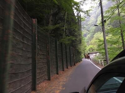 日原鍾乳洞への細い道路
