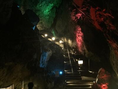 日原鍾乳洞内の大空洞のライトアップ(イルミネーション)