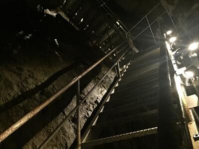 日原鍾乳洞内の帰りルートの急な登り階段