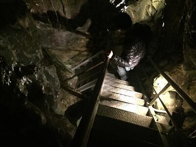 日原鍾乳洞内の帰りルートの急な下り階段