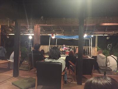 徳島県上勝町秘境バー『IRORI(いろり)』の座敷からライブ観戦