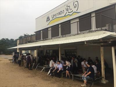 女木島の海の家『UMIYADO鬼旬』がイベント来場者でいっぱい
