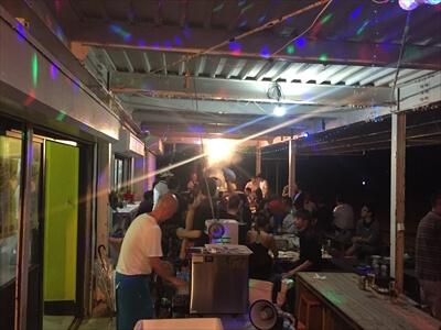 女木島のナイトバーベキューイベントをミラーボールでライトアップ