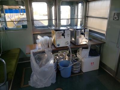 動く電車でハロウィンパーティー-電車内にビールサーバー設置