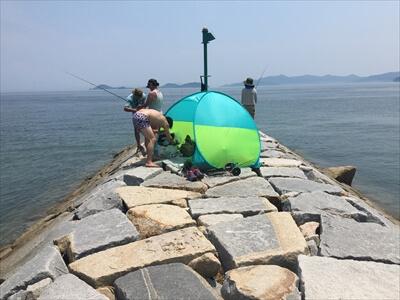 女木島釣り場の堤防にテント
