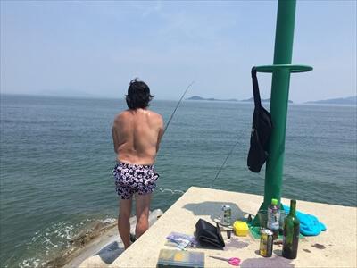 女木島の堤防で釣りをする