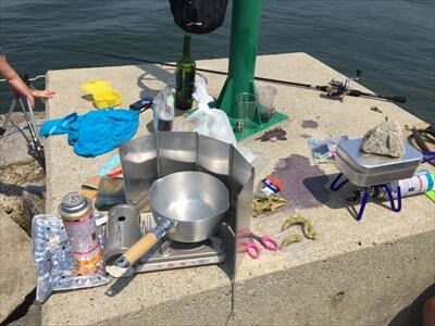女木島の堤防で調理