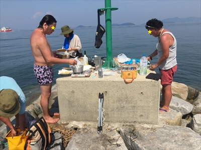 女木島の堤防でクッキング