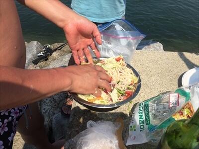 女木島の堤防でサラダうどん