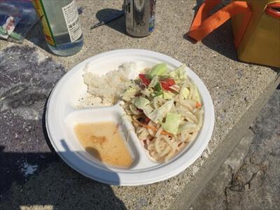 女木島の堤防でサラダうどん定食