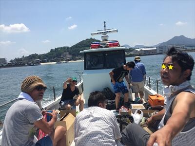 真鍋島へ向かう船