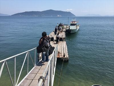 真鍋島の桟橋で荷降ろし