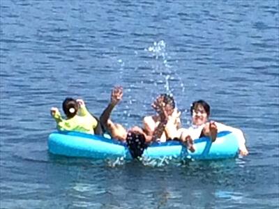 真鍋島の海水浴場でボートではしゃぐ