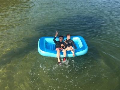 真鍋島の海水浴場でボートに乗る