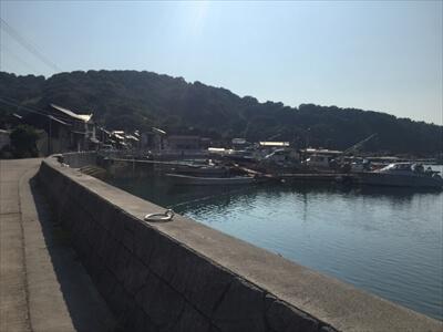 真鍋島の港町