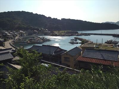 真鍋島の港街の全体風景