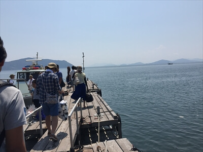 真鍋島の桟橋で荷物つ運び-帰り