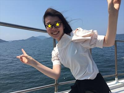 チャーター便の船上で笑顔の女子