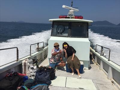 真鍋島チャーター便の船上で記念撮影