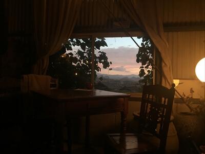 牟礼町の珈琲店Remzaの眺めのいいテーブル