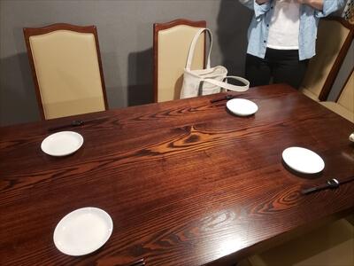 高松市『肉山』のテーブル席