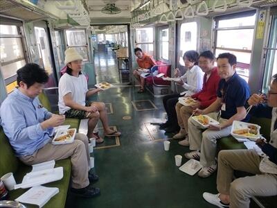 動く電車でハロウィンパーティー-昼食