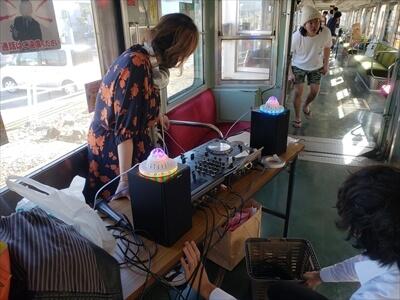 動く電車でハロウィンパーティーの準備-DJブース