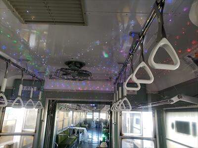 動く電車でハロウィンパーティー-電車内にジュエルイルミネーション貼り付け