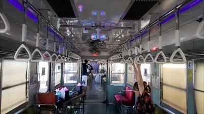 動く電車でハロウィンパーティー-電車内にミラーボールを取り付け