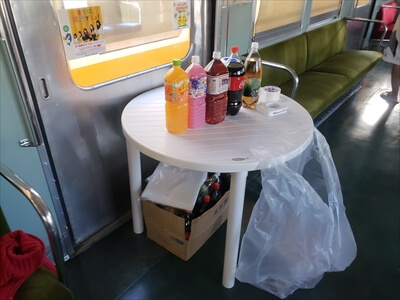 動く電車でハロウィンパーティー-電車内にテーブル設置・ソフトドリンクも。
