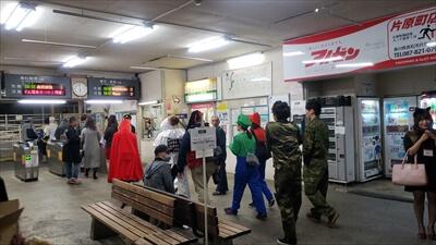 動く電車でハロウィンパーティー-駅構内・改札へ