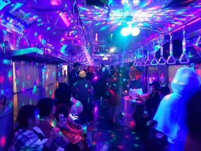 電車内で光るミラーボール
